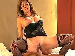 Experienced brown-haired MILF gets..
