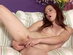 Amateur solo model gets orgasm from fingering