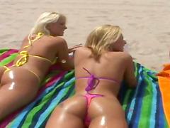 Three slim chicks make lesbian love..