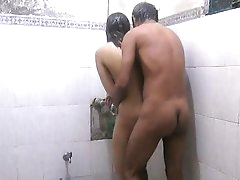 Amateur gal gets it in the shower