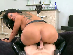 Curvy brunette milf Kiara Mia gets..
