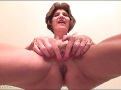 Mature shows off her sexy cunt in..