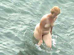 Cam spying mature lady at the beach
