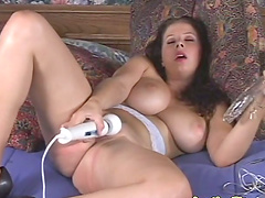 Horny Gianna Michaels gives hot titjob..