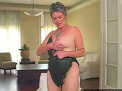 Mature slut Etta gets her hairy cunt..