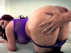 Kelly Divine shows her bubble butt and..