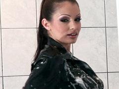 Hottie enjoys erotic shower