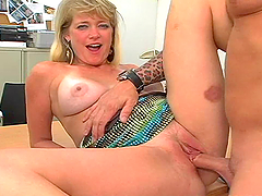 A mature lady gets her hot pussy..