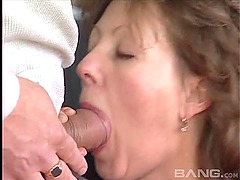 Mature amateur thrilled as her hairy..