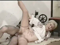 Amateur grandma bouncing on a thick..
