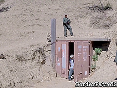 Border patrol agents capture a hot..