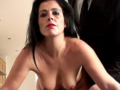 Submissive older mom likes being face..