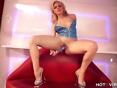 Blonde Gymnast Flaunts Her Flexible Cunt