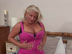 Chubby mature girl plays solo with her..