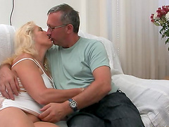 Experienced blonde lady quickly falls..