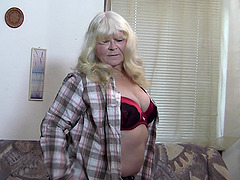 Chubby blonde mature woman widens her..