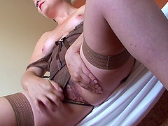 Mature babe Cinzia shows off her pussy..