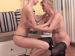 Experienced chick gets a blonde sugar..