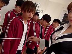 Ogata Runa walks in a male physical..