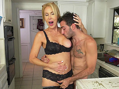 Mature woman Erica Lauren spreads her..