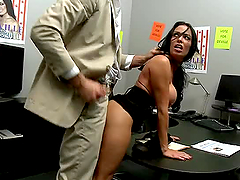 Brunette Boss Uncovers Her Boss´ Huge..