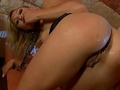 Horny blonde Kristi Lust seduces a..